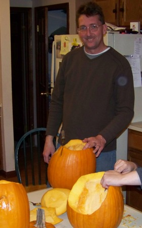 Pumpkin_carvin_08_dad